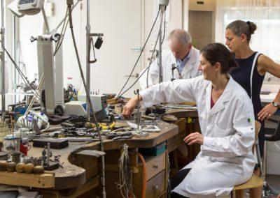 Éloise, Karine et M. Turcaud à l'atelier