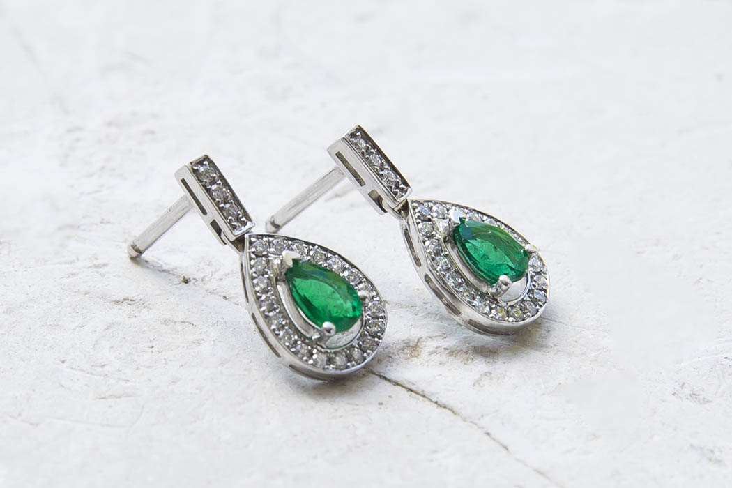 joaillerie-turcaud-boucles-oreilles-or-blanc-emeraudes-poires diamants