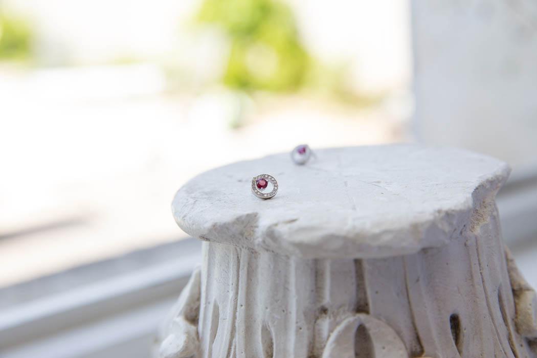 joaillerie-turcaud-boucles-oreilles-or-blanc-rubis-couronne-de-diamants